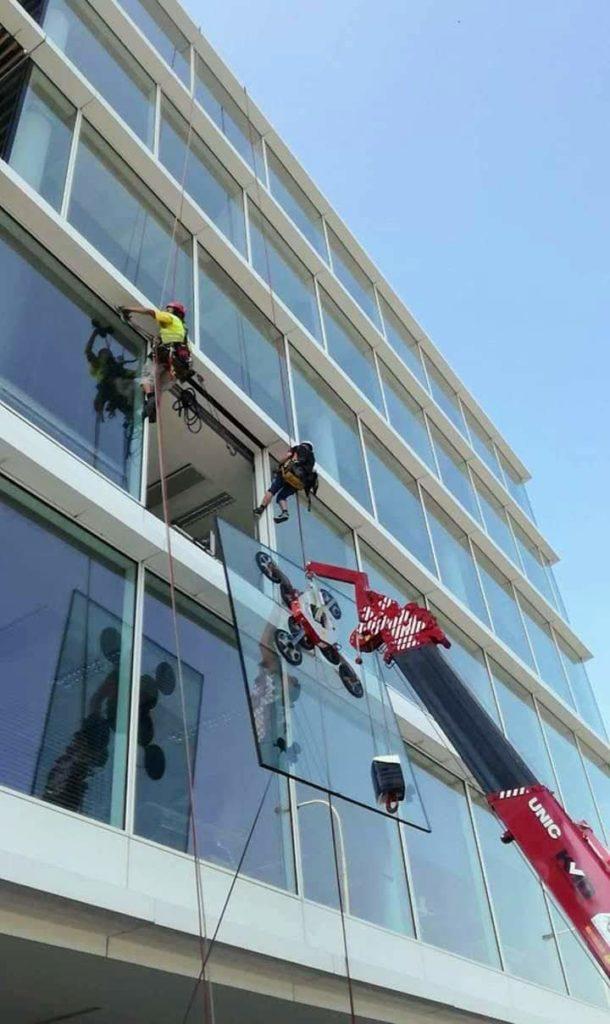 Montáž oken pomocí výškové techniky