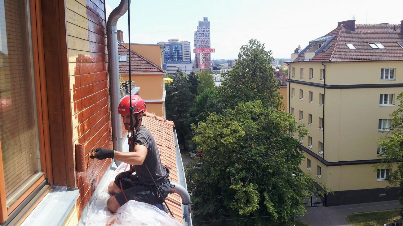 Provádíme nátěry konstrukcí, střech či fasád. Těžko dostupná místa jako střešní konstrukce a vysoké stěny jinak dostupné pouze pomocí lešení nebo pracovních plošin pro nás nejsou problém.
